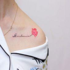 花间之语,锁骨鲜花与英文小清新纹身