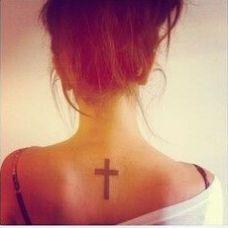 纹身美女颈部的十字架纹身图案