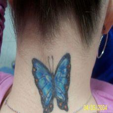 女生脖子蓝色蝴蝶纹身图案