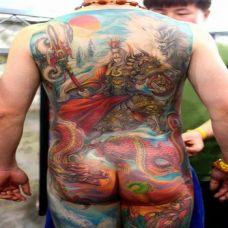 男子满背艺术二郎神彩绘纹身欣赏