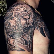 男子手臂半甲关公黑色纹身图案