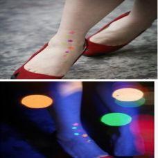 女生脚部小巧夜光潮流纹身图案