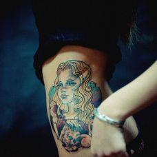 欧美女孩腰部纹身