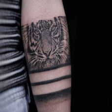 王者风范,手臂点刺老虎写实纹身