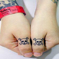 精美情侣黑白手指纹身