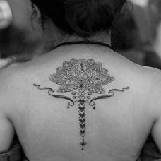 黑白图腾莲花气质纹身