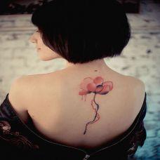 女生背部好看红色花朵纹身图案