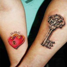 情侣手臂心形锁扣纹身图案