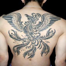 个性十足凤凰背部纹身