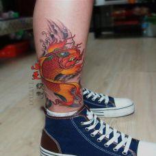腿部唯美好看的彩色鲮鱼纹身图案