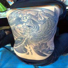满背帅气鲤鱼纹身图案大全