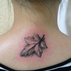 小清新枫叶颈部纹身图片