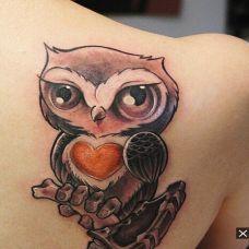 时尚猫头鹰背部纹身