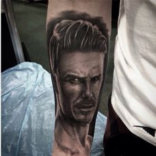手臂肖像另类纹身
