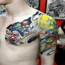 男人肩部半甲斗战胜佛花臂纹身图片