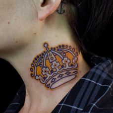 金光闪闪颈部皇冠纹身图案