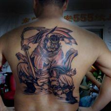 男士背部超拽钟馗抓鬼纹身图案