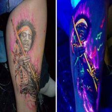 腿部个性人物隐形夜光纹身图片