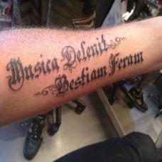 男生手臂拉丁文纹身艺术图案