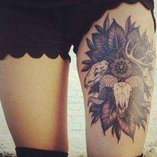 女子大腿黑色艺术羚羊纹身图案