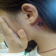 女生精致五角星耳背纹身图案