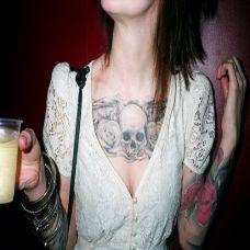 流行精美胸部纹身