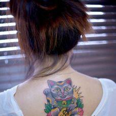 纹身美女后背的招财猫纹身图案