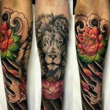 半甲狮子手臂纹身