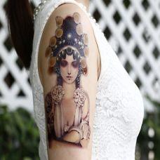 女生手臂唯美花旦人物纹身图案
