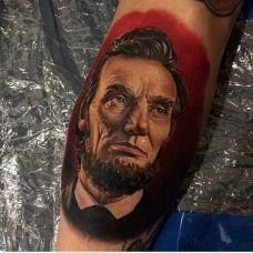 个性十足的肖像手臂纹身