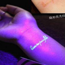荧光纹身梦幻般的印在手上