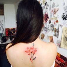 高雅艺术的莲花背部纹身