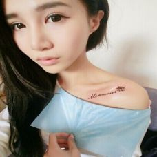 美女锁骨迷人的英文字母纹身图案