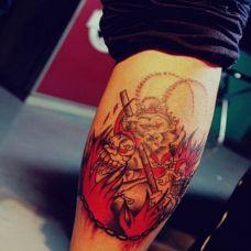 个性男生手臂彩绘斗战胜佛纹身图案