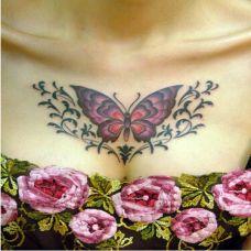 美女胸部唯美的蝴蝶刺青图案
