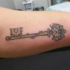 个性钥匙手臂纹身图案