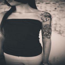 美女手臂黑白彼岸花纹身