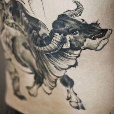 水墨风情背部刺青纹身