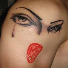 胳膊另类艺术滴血眼睛纹身图案