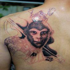 男生肩部经典斗战胜佛纹身贴图片