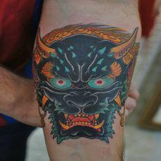 手上彩绘夜叉头像纹身图案