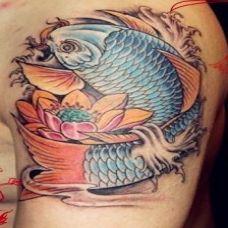 手臂上超好看彩绘鲤鱼纹身图案