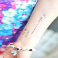 手臂心电图纹身 爱的心跳声
