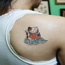 可爱女生背部招财小猫纹身图案