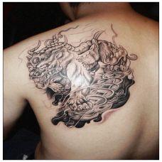 男生肩部霸气神兽饕鬄纹身图片