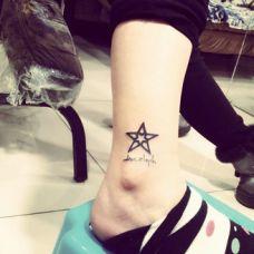 脚裸上唯美小巧五角星刺青