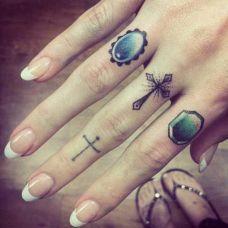 美女手指彩色戒指与简约十字架纹身图案