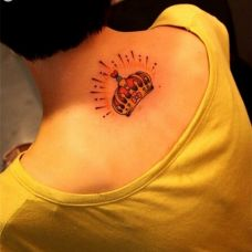 个性皇冠颈部纹身