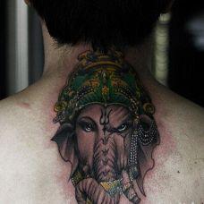 图腾象神颈部纹身