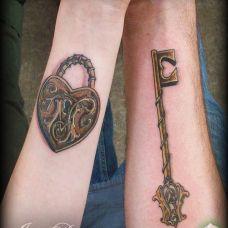 情侣钥匙和锁爱之纹身